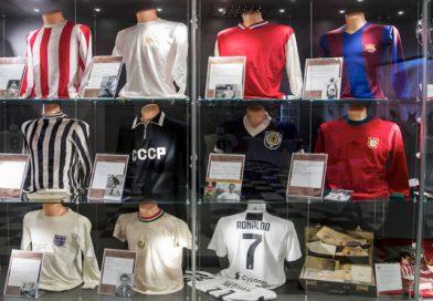 Učitel s láskou k fotbalu sbíral dresy slavných. Vystavuje je v Edenu